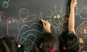 Revisão de política de inclusão do MEC gera protestos sobre volta de escolas especiais
